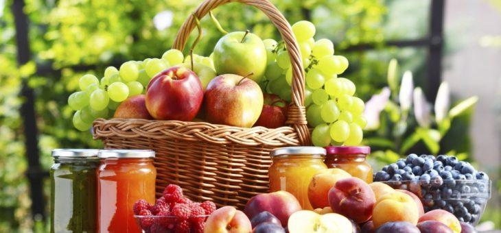Košík plný ovocia a zeleniny